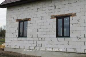 Когда ставить окна в доме из газобетона