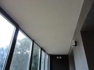 Можно ли делать натяжной потолок на балконе