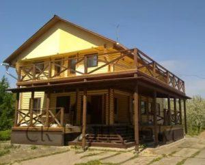 Балкон над верандой в деревянном доме