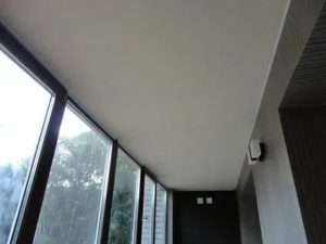 Натяжной потолок на балконе плюсы и минусы