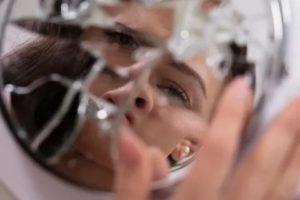 Почему нельзя смотреть в разбитое зеркало: 3 причины