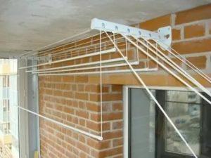 Как закрепить сушилку для белья на балконе