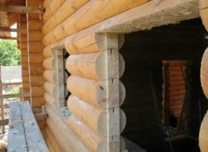 Установка окон в доме из оцилиндрованного бревна