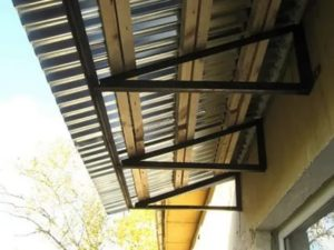 Козырек над балконом последнего этажа