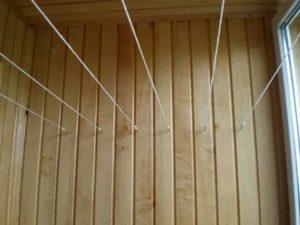 Как повесить бельевую веревку на балконе