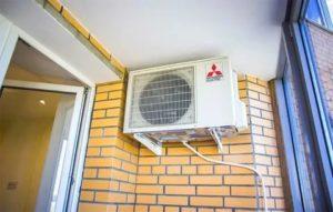 Установка наружного блока кондиционера на застекленном балконе