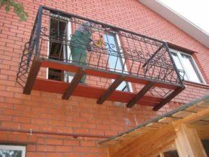 Приставной балкон на втором этаже частного дома