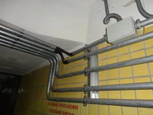 Как самостоятельно выполняется прокладка кабеля в трубах различного типа