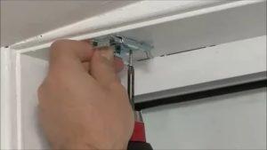 Крепление горизонтальных жалюзи к потолку