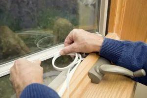 Чем заделать щели в деревянных окнах
