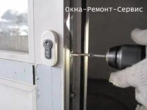 Установка замка в пластиковую дверь своими руками