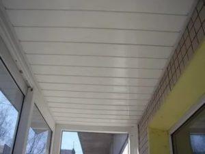 Реечный потолок на балконе