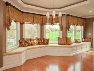 Как оформить угловое окно шторами