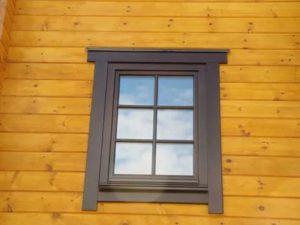 Обрамление окон на фасаде дома деревом
