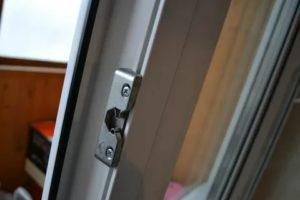 Установка защелки на пластиковую балконную дверь