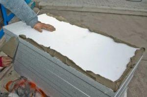 Чем клеить пенопласт к бетону