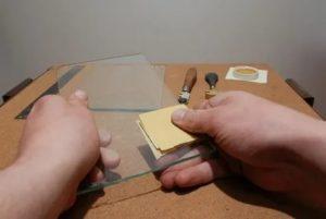 Чем обработать стекло после резки?