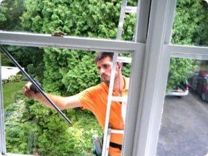 Как вымыть окна на балконе снаружи