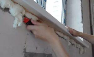 Чем замазать монтажную пену под подоконником