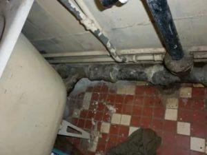 Течет канализационная труба: как решить проблему, исходя из ее местоположения