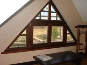 Треугольное окно на фронтоне
