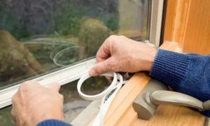 Чем лучше заклеить окна на зиму