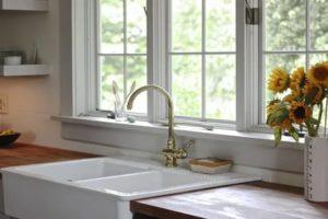 Раковина перед окном на кухне