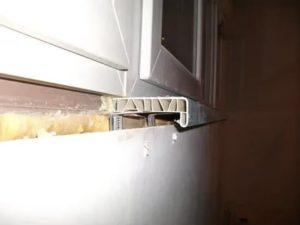 Как закрепить пластиковый подоконник на балконе