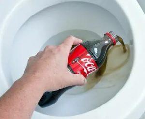 Как почистить унитаз кока-колой от известкового налета и пятен ржавчины