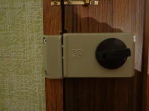 Установка накладного замка на деревянную дверь
