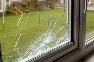 Как разбить пластиковое окно без шума