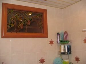 Как задекорировать окно между ванной и кухней