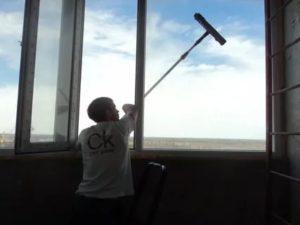 Как мыть окна на высоких этажах