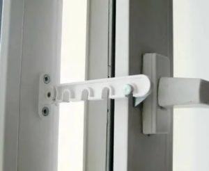 Как установить фиксатор на пластиковое окно