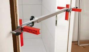 Приспособления для установки межкомнатных дверей