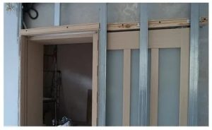 Установка раздвижных межкомнатных дверей в фальш стену
