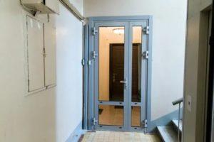 Установка двери в подъезде на площадке