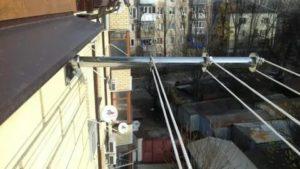 Как закрепить бельевую веревку на балконе